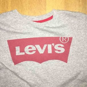 T-shirt från Levi's, superbra skick, använd kanske 2 gånger. Köparen står för frakt 🥑💃🏼