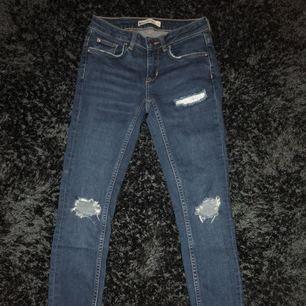 Ett par jeans från Gina Tricot i modellen kristen, använda 1-3 gånger och säljer dom för att dom är för små, absolut inga fel på dom, ny pris 500 och skriv vid intresse✨ frakt tillkommer