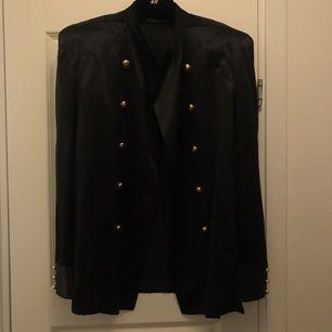 Balmain x HM silkeskavaj, jättefin men har bara använts en gång!! Dustbag medföljer! Köparen står för frakten ⚡️