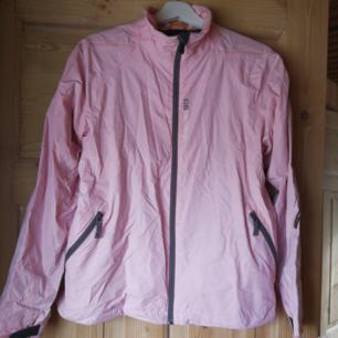 Ljust rosa regnjacka från Didrikssons. Använd fåtal gånger. Fina detaljer på sidorna. Köparen står för frakten.