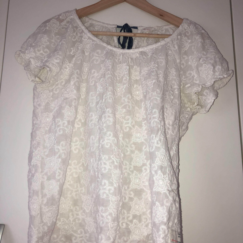 En jättefin Odd Molly tröja i storlek 3, som jag tyvärr inte använder längre. Tröjan är mönstrad och är lite krämvit i färgen med ett mörkblått band  i nacken som man knyter.. Blusar.