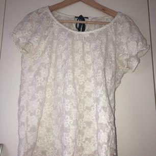 En jättefin Odd Molly tröja i storlek 3, som jag tyvärr inte använder längre. Tröjan är mönstrad och är lite krämvit i färgen med ett mörkblått band  i nacken som man knyter.