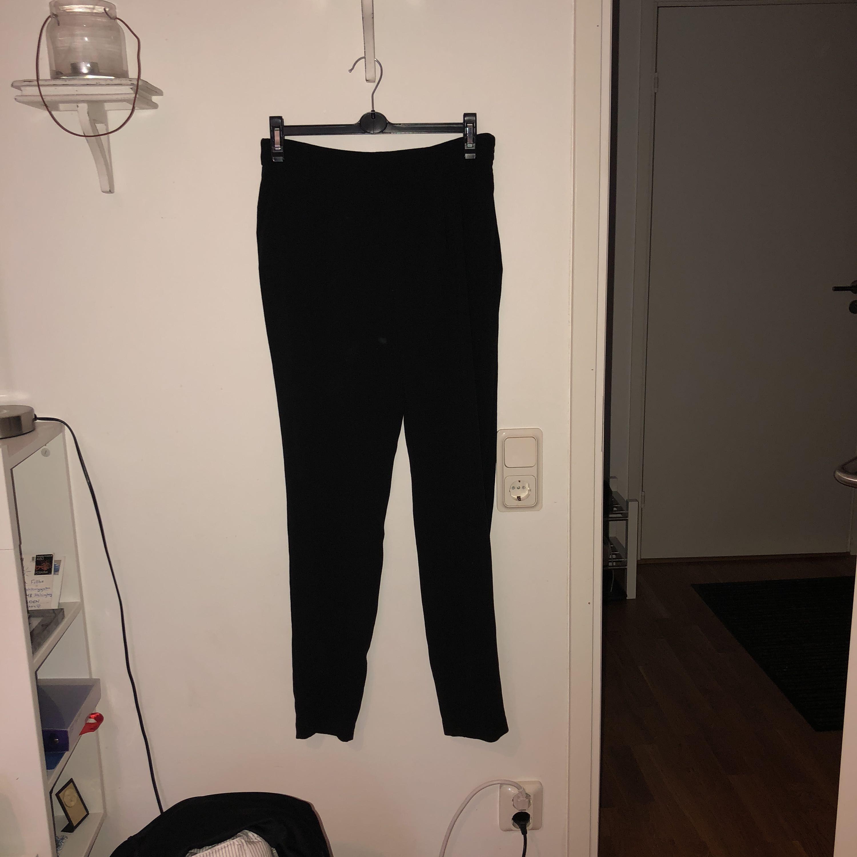 Ett par svarta mycket sköna byxor ifrån Vero Moda i storlek S. Tyvärr har dom blivit för små för mig. Jeans & Byxor.
