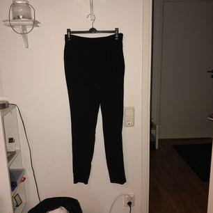 Ett par svarta mycket sköna byxor ifrån Vero Moda i storlek S. Tyvärr har dom blivit för små för mig