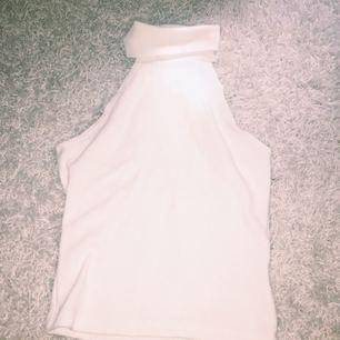 Garderobsrensning🌴💋👚🌊💃🏻👗💓👑 Gräddvitt ribbstickat linne! Aldrig använt. Frakt (50kr alltid) eller mötas upp.