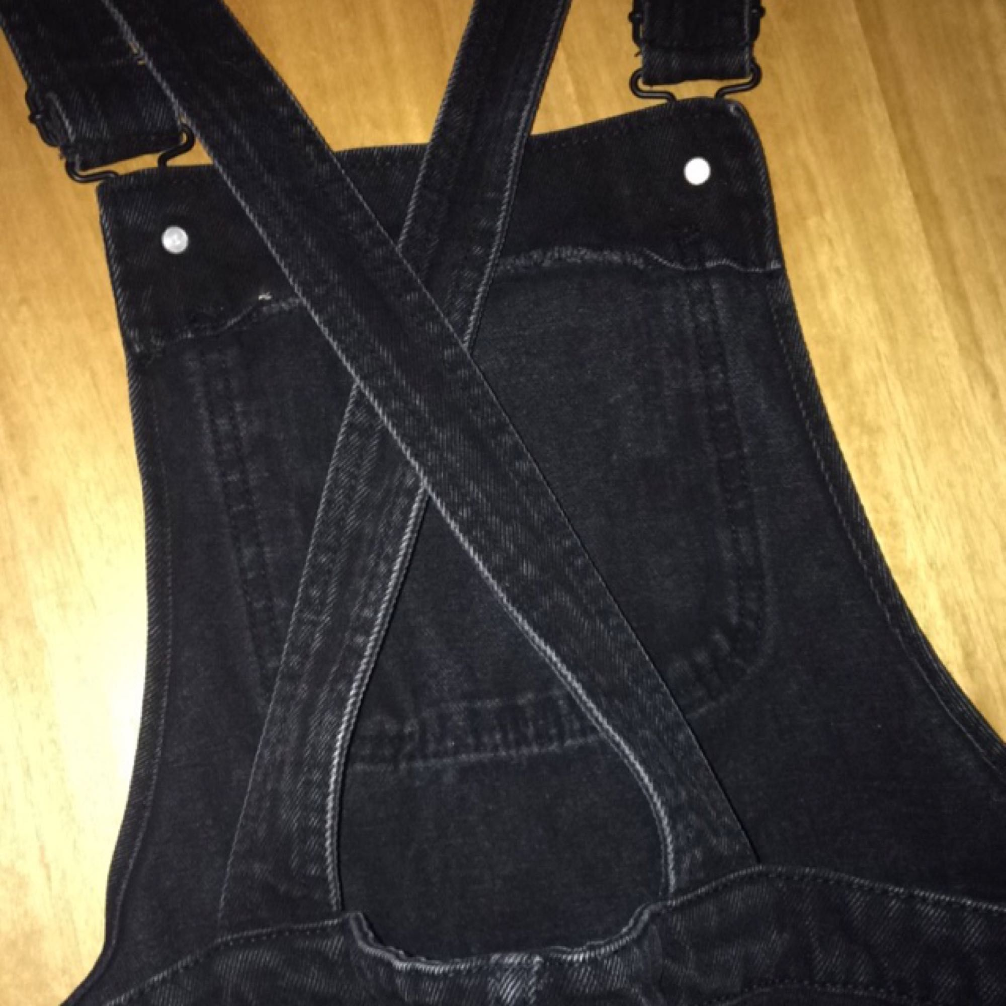 Hängselbyxor i gott skick. Modellen är loose fit. Frakten ingår i priset!. Jeans & Byxor.