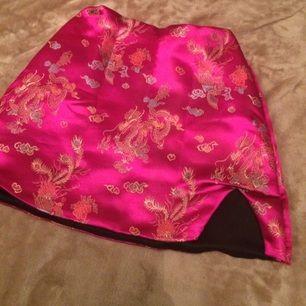 Populärt o-mighty set i rosa/magenta. Kjolen säljes! (Säljer kjolen o toppen seperat, skicka pm ifall du är intresserad av att köpa dem tsm) kjolen är stl M men är väldigt liten i storleken o passar snarare xs/s.