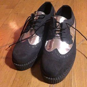 Svinsnygga skor från underground, Köpta i London förra året. Har aldrig använt dem så de är i perfekt skick och bara testade inomhus. De är ganska rejäla/ solida och går att Ha även vintertid. Platåsula. ( Kostade 1500 kr nya. )