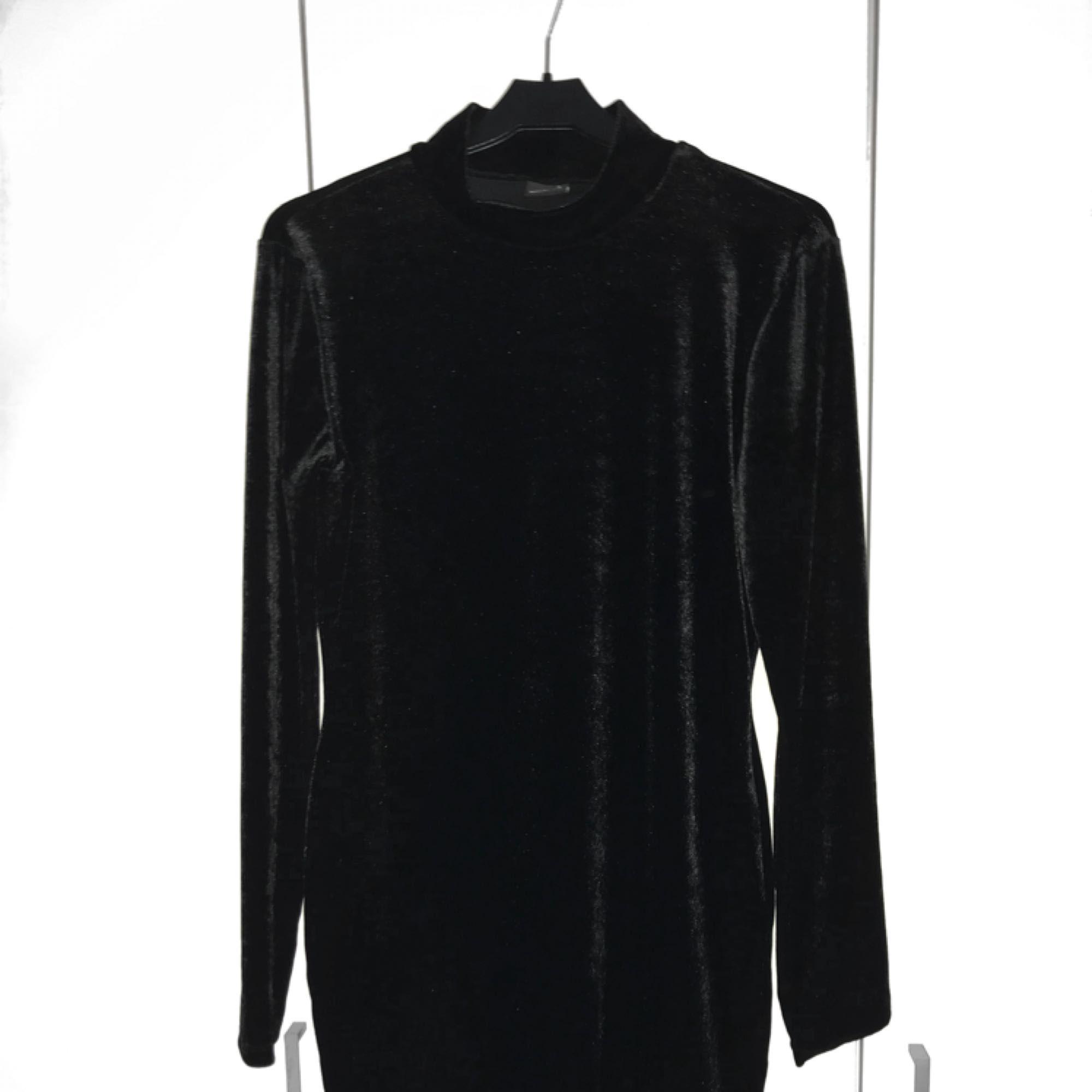 f460116ea801 Ny svart klänning i sammetsliknande tyg, från Bikbok! Bilderna visar  klänningens fram-och ...
