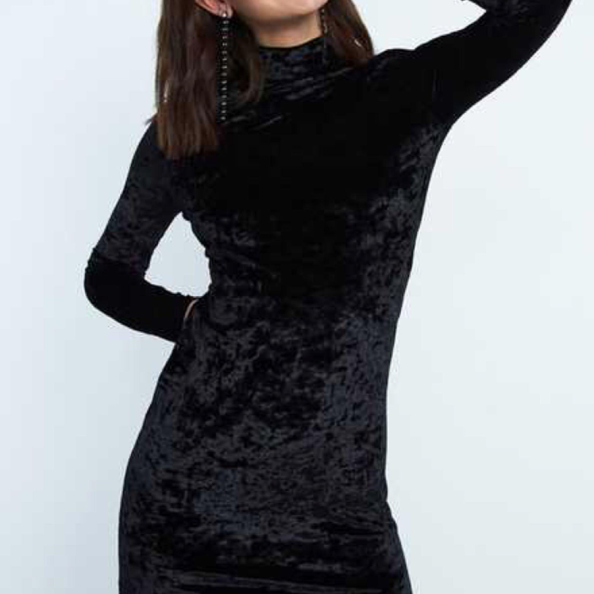 ea4d6a40a6d1 Bilderna visar klänningens fram-och Ny svart klänning i sammetsliknande  tyg, från Bikbok! Bilderna visar klänningens fram-och ...