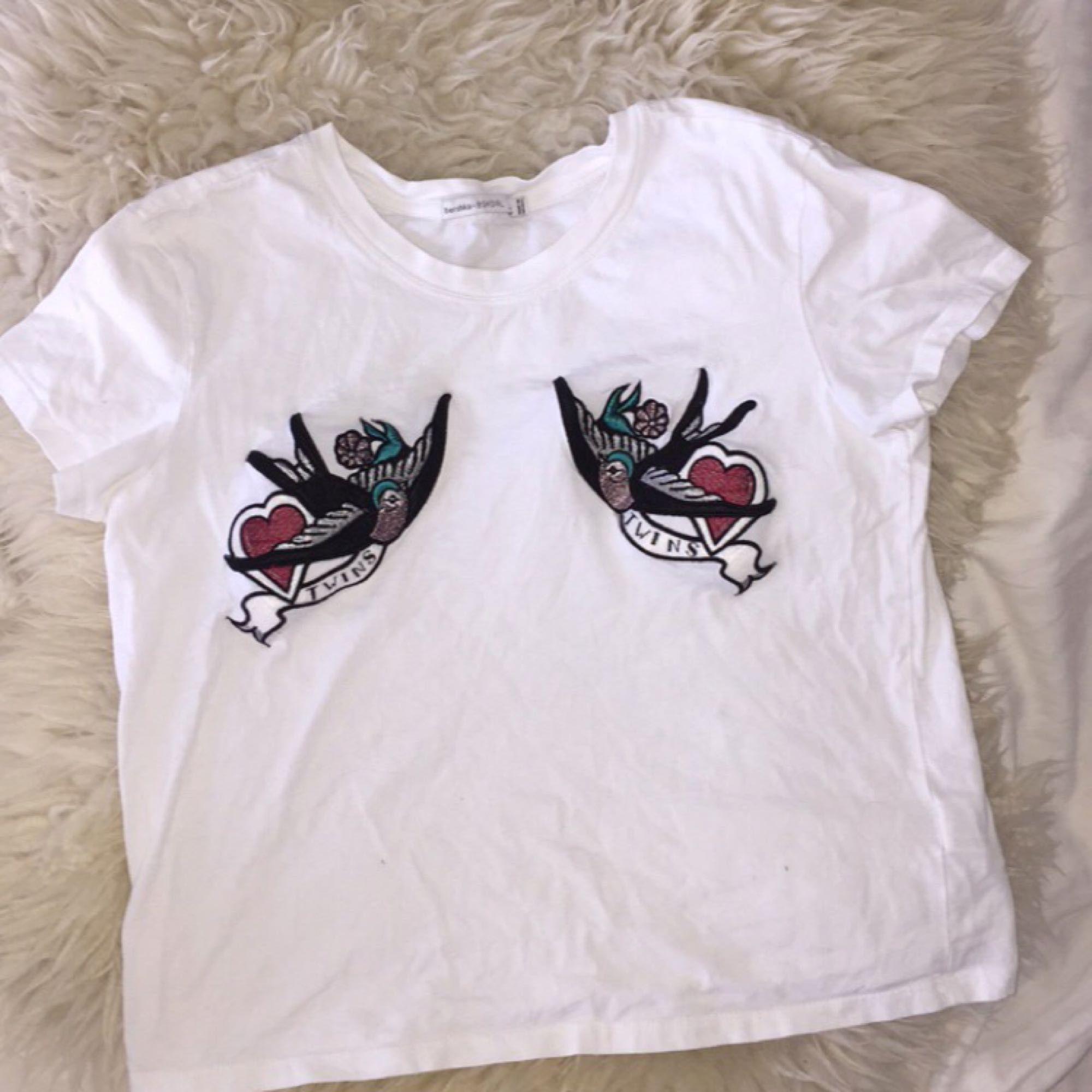 2f1ca8936ff Superfin T-shirt i strl S med tryck på brösten. Sitter superfint och har ...