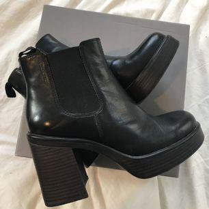 Vagabond Boots med klack i stl. 37 Använda ca 2 ggr och säljs pga fel storlek för mig! Prislappen finns kvar och originalkartong! Nypris 1099:-