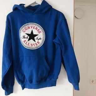 Superfin och mysig blå Converse hoodie i storlek S! Knappt använd så är i superfint skick ✨ snöret till luvan medföljer :)