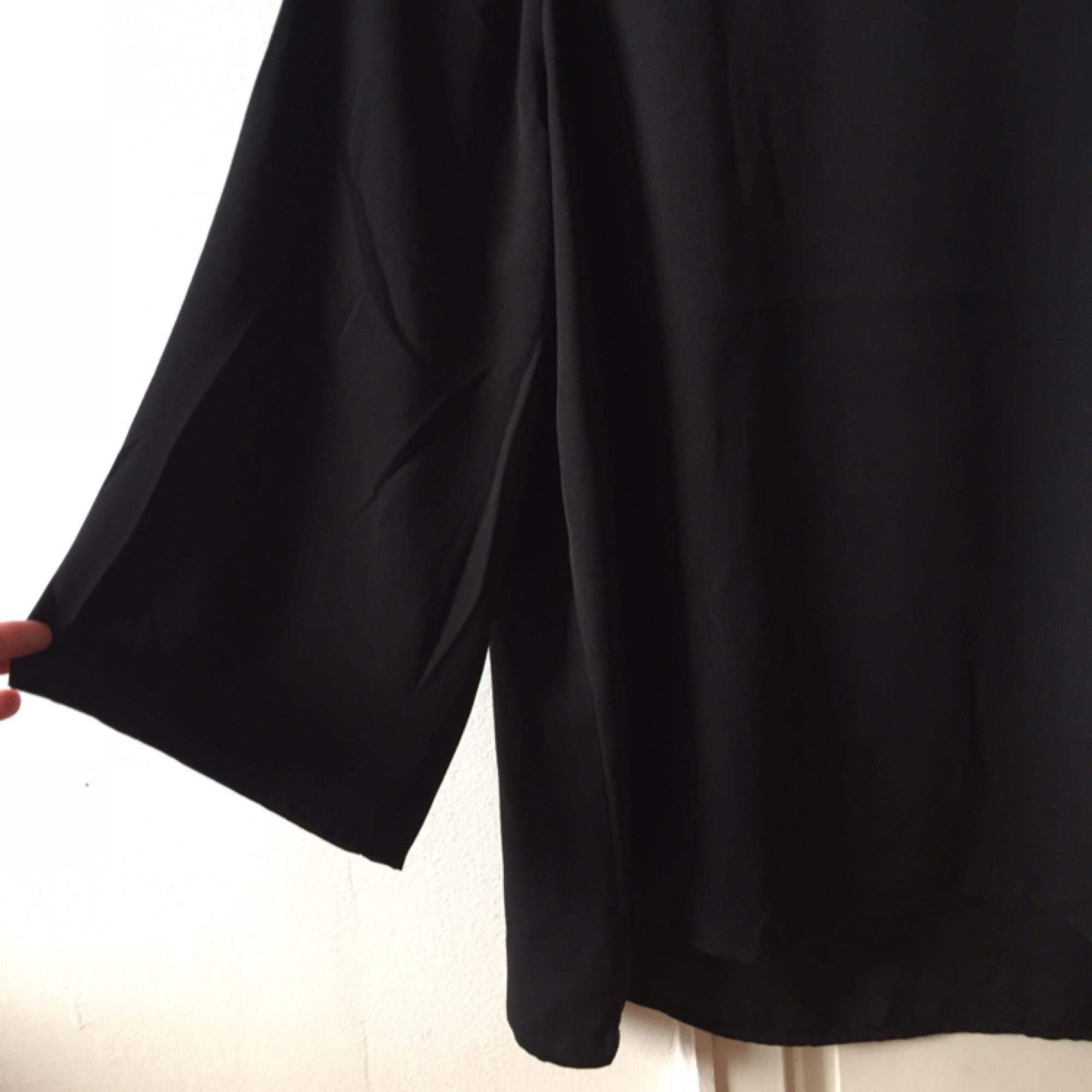 Lite oversized dressad topp med lite kortare vida ärmar. Aldrig använd. . Toppar.