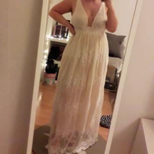 helt ny balklänning/finklänning i stl xl, endast testad i gång. 250 kr eller bud, svårt att få bra bilder så kan lägga in fler vid intresse.