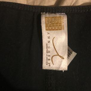 Ann chery waist trainer i latex, strl 34. I använt skick men väldigt Sparsamt använd. Köparen står för frakten!