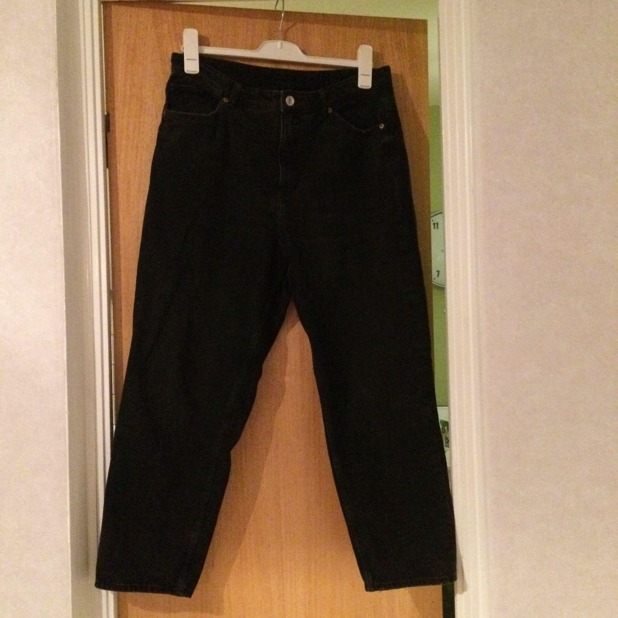 Mörkgråa Mom jeans med hög midja i bra skick. Det står att det är storlek w34 men jag uppskattar dem till att vara runt L/XL eller runt 44. Mått kan tas vid intresse! Finns på fler sidor.. Jeans & Byxor.