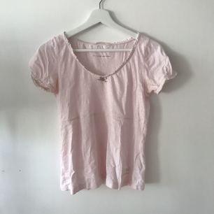 En riktigt snygg ljusrosa T-shirt som passar till det mesta, både till vardags och finare tillfällen! Använd ytterst få gånger och väldigt gott skick, frakt ingår i priset