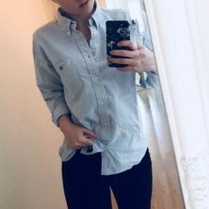 Klassisk skjorta från GANT! Ljusblårandig, rak modell. Det står ingen storlek i men passar mig som är en XS/S. Går att styla på tusen olika sätt! Öppen med linne under, Bralette som syns i urringningen, knäppt och classy, knutna ändar, instoppas och piffig eller rakt upp och ner stilfullt osv.. skriv färna om du vill veta mått eller nått annat! OBS FRI FRAKT!💎