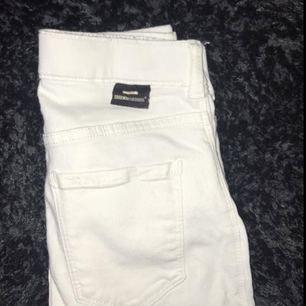 Säljer mina vita dr denim jeans för dom kommer aldrig till användning, ny pris 400kr frakt tillkommer