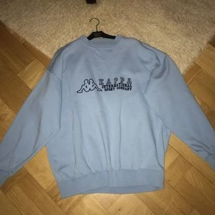 Sweater från Kappa (köpte i Paris förra året). Passar XS-L beroende på hur man vill att den ska sitta. Jag har XS i vanliga fall och brukade knyta upp den (se sista bilden). Men annars i väldigt fint skick!