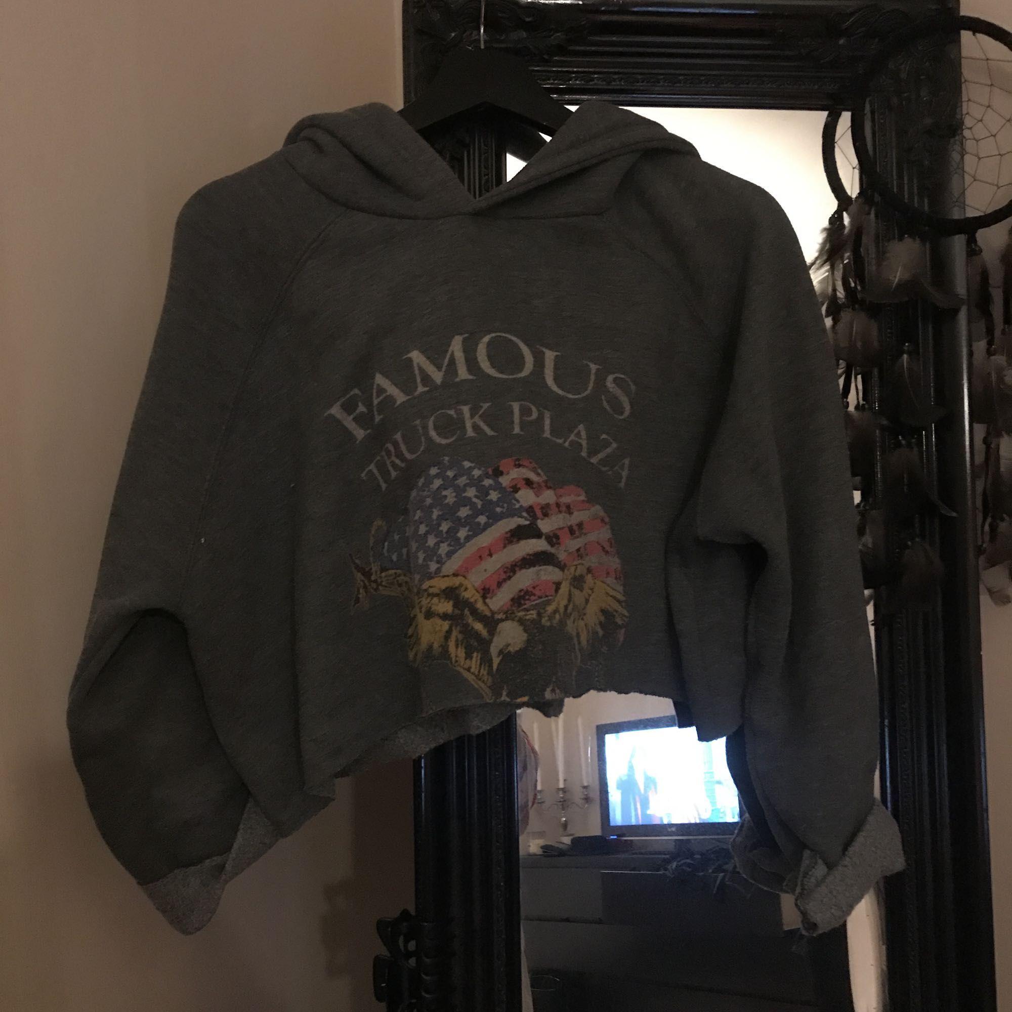 Oversize cropped hoodie från chicy.se. Använd ett antal gånger. Super mysig med stoooor luva 🙏. Huvtröjor & Träningströjor.