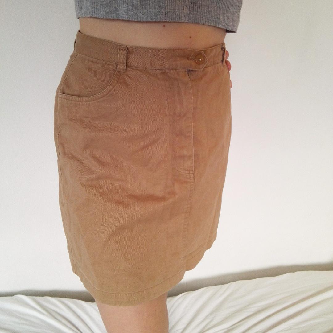 Snygg beigebrun kjol i rak form! Går till övre/mittendelen av låret. Snygg passform och väldigt skön, skulle vara så fint att matcha med en klarblå tröja👌. Kjolar.
