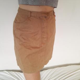 Snygg beigebrun kjol i rak form! Går till övre/mittendelen av låret. Snygg passform och väldigt skön, skulle vara så fint att matcha med en klarblå tröja👌