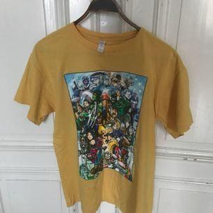 Marvel vs. Capcom 3. Fick tröjan i samband med releasen av spelet. Använt skick, mindre sprickor på trycket men ger det rätta vintage looken. Kan hämtas i Uppdala eller skickas mot porto