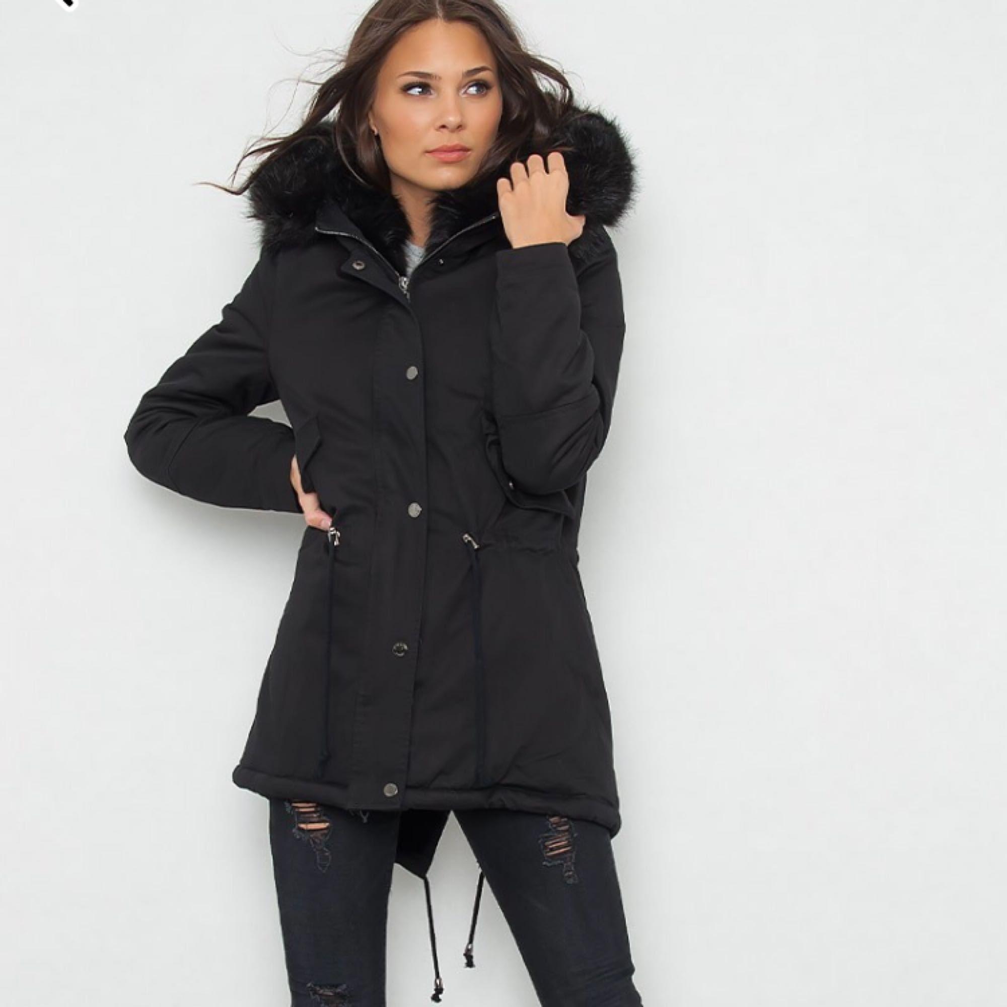 Hooded jacka all black audrey är en helsvart jacka med två fickor. En underbar pälsluva med fake päls , Fake päls på hela insidan av jackan. Tillverkad av 100% polyester.. Jackor.