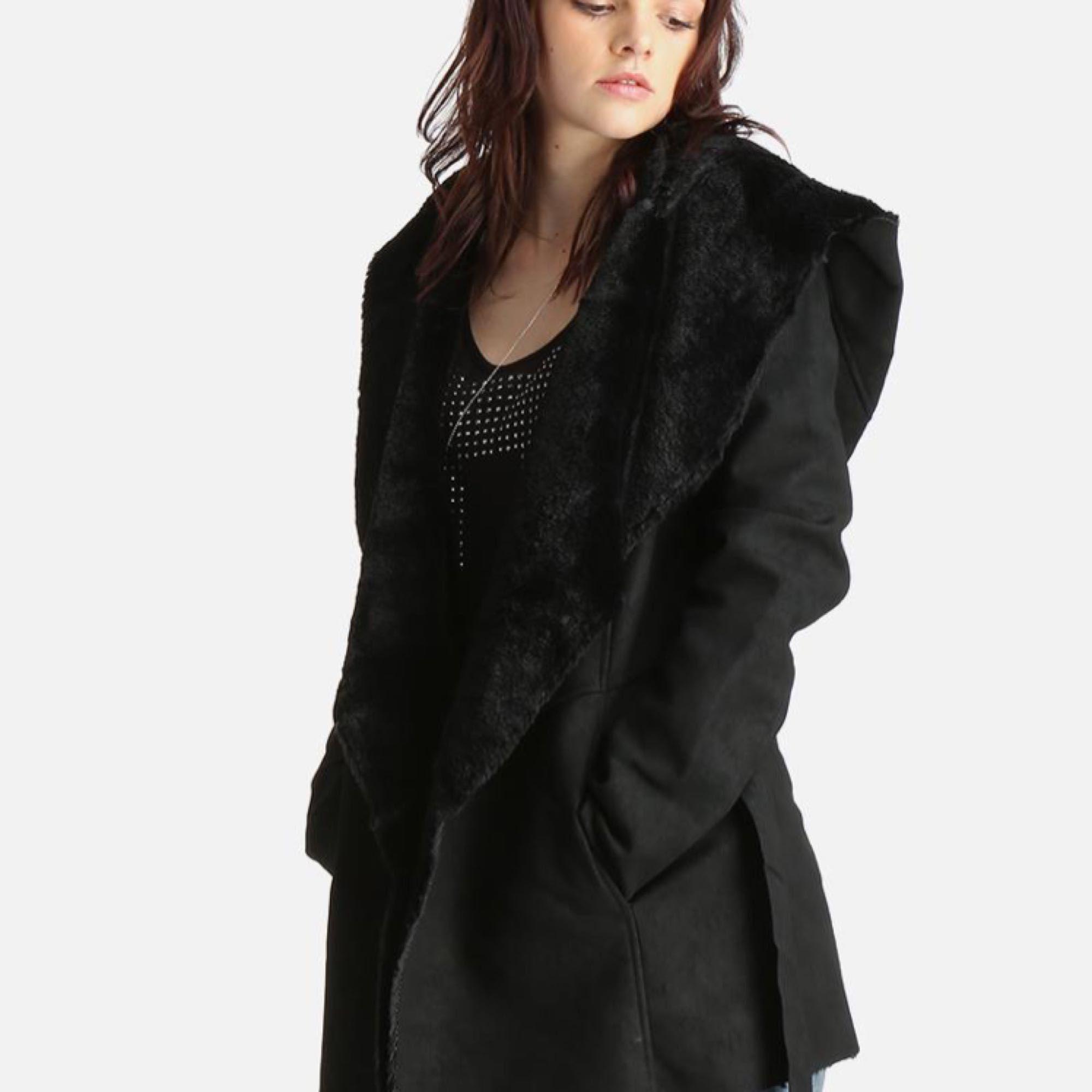 Jacka med skinn- och pälskänsla i knytform från only (modellen heter carrie bonded jacket). Supermysigt foder. Helt oanvänd. Nypris 600kr. Jackor.
