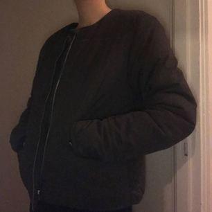Tjock varm jacka som passar bra till både vinter och höst. Har två fickor utanpå jackan men även en på insidan av jackan.