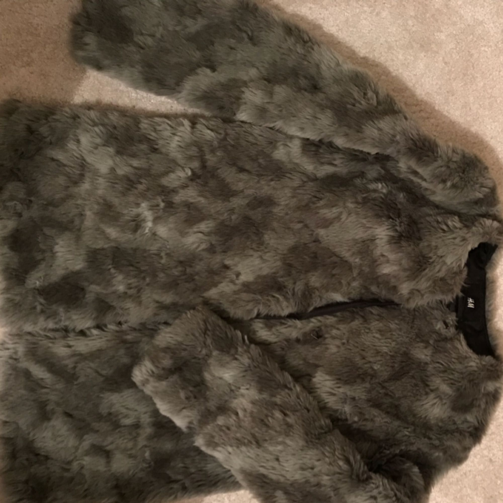 Like new grey faux fur jacket. Jackor.