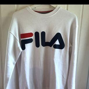 Fila tröja storlek S, köpt för 699:-  Skick 9/10 endast använd fåtal gånger, inga fläckar eller dylikt :)