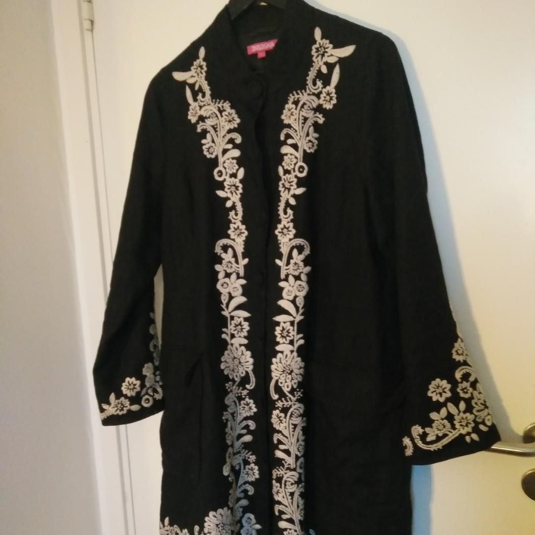 Dretsnygg jacka från Indiska, köpt på Emmaus. Sörjer att jag gör mig av med den, men den är för stor och blir bara hängande i garderoben.                                                              Köparen betalar frakten 📮. Jackor.