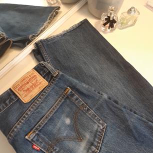Säljer nu mina jeans från Levi's. Dem är lite slitna där nere och vid ena fickan men det gör dem bara snyggare;)  Jag brukar ha M i mina jeans men dessa är lite stora så skulle rekommendera dem till dig som har L. Frakt ingår ej i priset