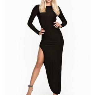 Säljer denna snygga aftonklänning från Nelly med öppen rygg som endast blivit använd 1 gång innan.