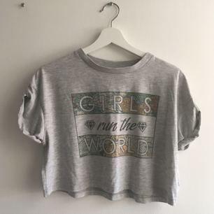 En kortare tröja, storlek M, är riktigt snygg som oversize.   Köpt utomlands.   Köpare betalar frakt (50 kr) eller möts upp i Stockholm 🙌🏼