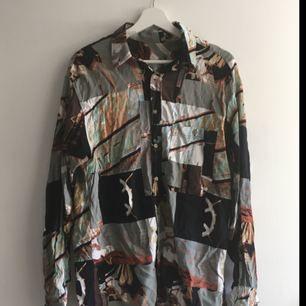 En second hand skjorta, gissar att storleken är L. Använt som oversize.    Köpare betalar frakt (50 kr) eller möts upp i Stockholm 🙌🏼