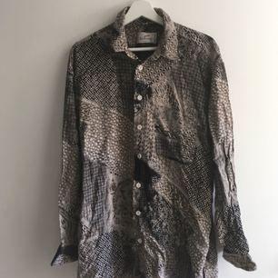 Second hand skjorta, storlek L.     Köpare står för frakt (50 kr) eller möts upp i Sthlm 🙌🏼