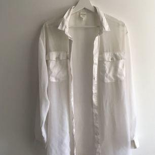 Genomskinlig skjorta från monki, har några år på nacken men är fortfarande cool.    Köpare står för frakt (50 kr) eller möts upp i Stockholm 🙌🏼