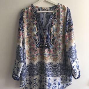 En skjorta snygg till såväl strumpbyxor som jeans. Kommer inte ihåg var den är inköpt. ✨    Köpare står för frakt (40 kr) eller möts upp i Sthlm 🙌🏼