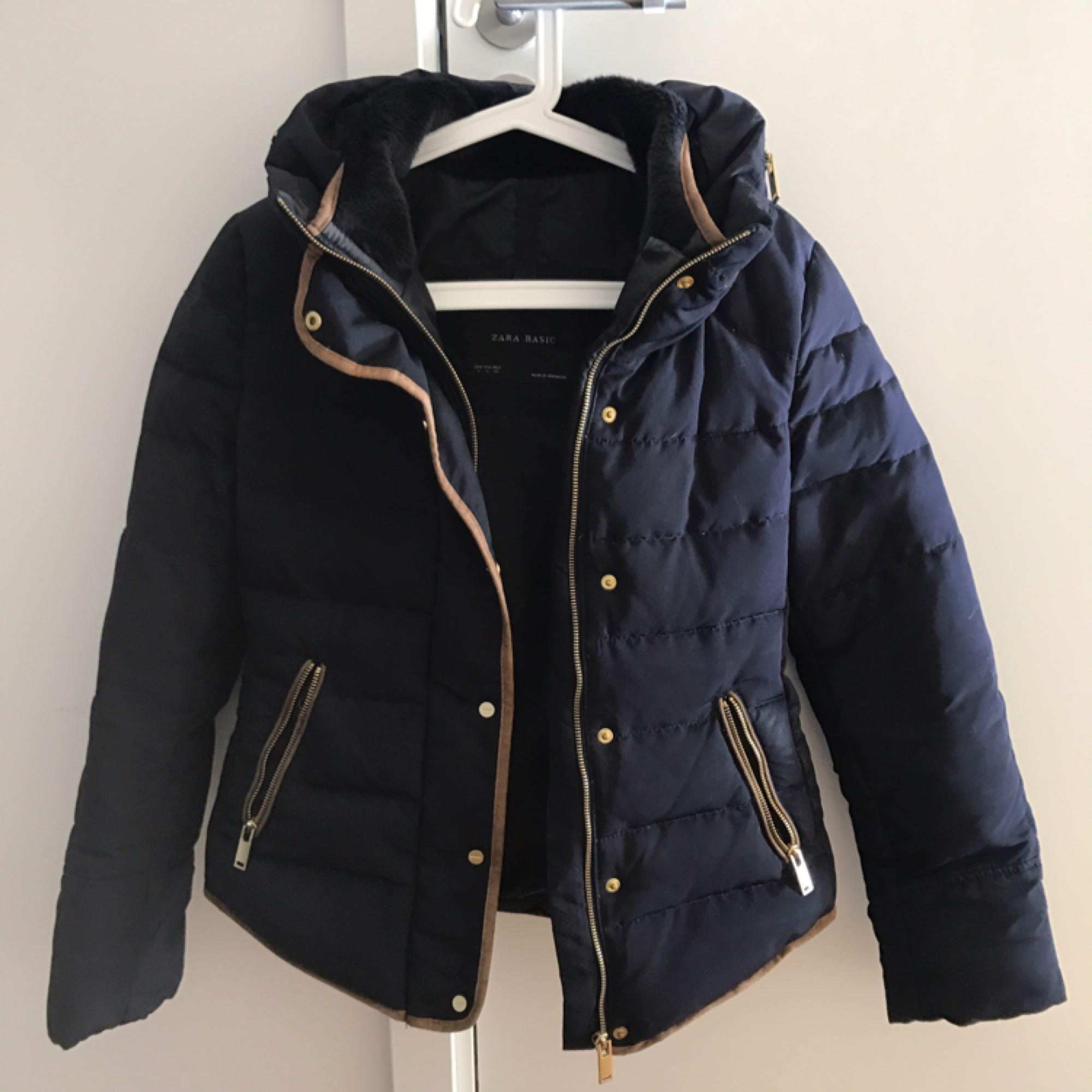 Varm och elegant jacka från Zara i storlek small. Sparsamt använd och fin i skick.  Kan skickas mot fraktkostnad. . Jackor.
