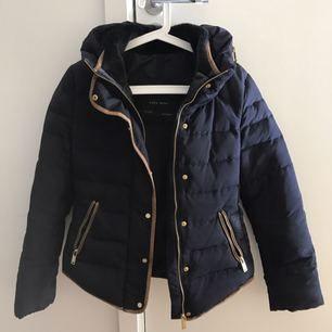 Varm och elegant jacka från Zara i storlek small. Sparsamt använd och fin i skick.  Kan skickas mot fraktkostnad.