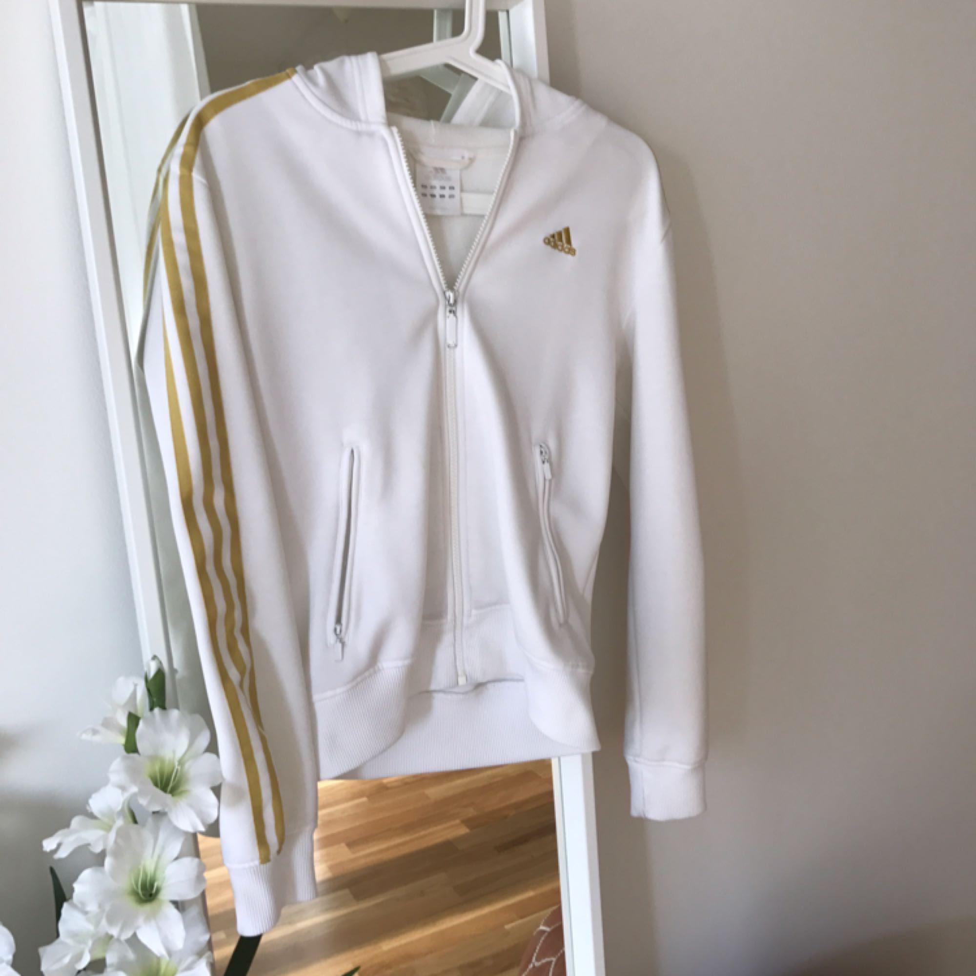 Vit retro adidas vit och guld med luva. Passar både small och medium.  Kan skickas mot fraktkostnad.. Huvtröjor & Träningströjor.