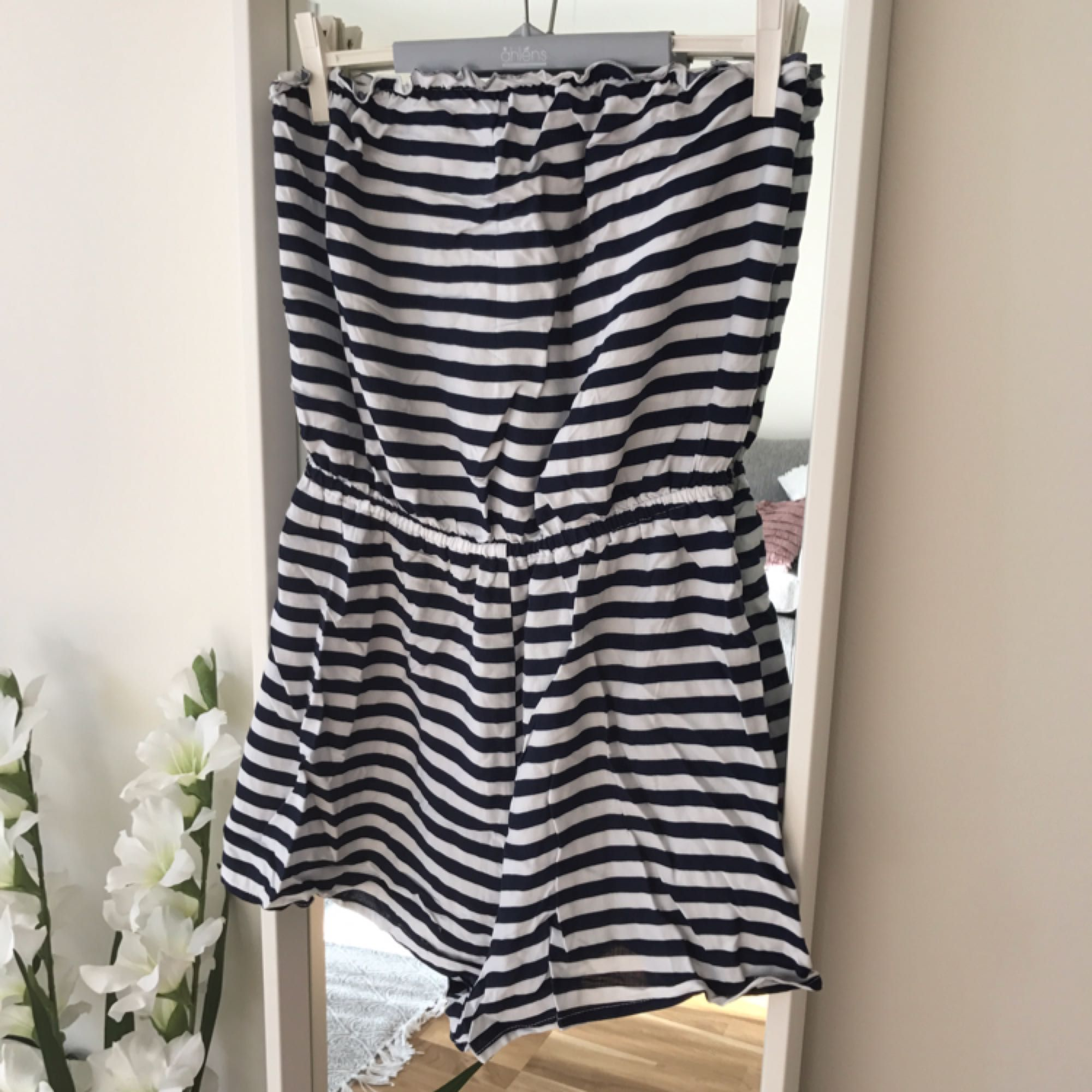 Fin jumpsuit från hm. Köpt i somras. Använd en gång. . Klänningar.