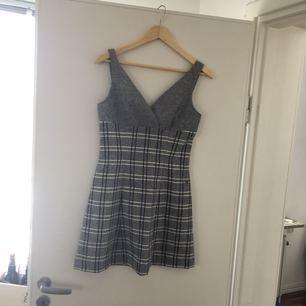 Vintage! Kort vintage klänning i storlek 36 från 50 -60 talet. ( frakt tillkommer om du ej vill hämta på plats)
