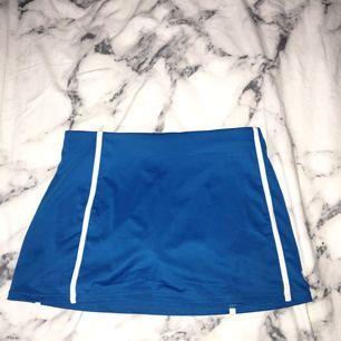Blå tenniskjol från Wilson. Använd men i bra skick, nästan som ny.  +30kr frakt