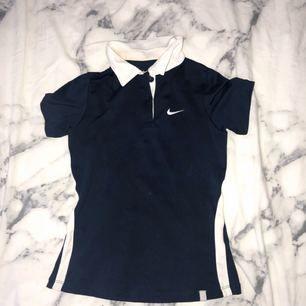 Tennis tröja från Nike. Använd mycket men i helt skick.  +30kr frakt