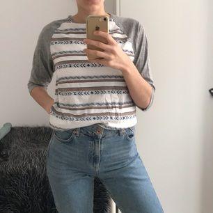 Mönstrad tröja med trekvartsarmar, köpt från en affär i Los Angeles för några år sedan. Aldrig använd, enbart testad. Jätteskönt material. Frakt ej inkluderat i priset.
